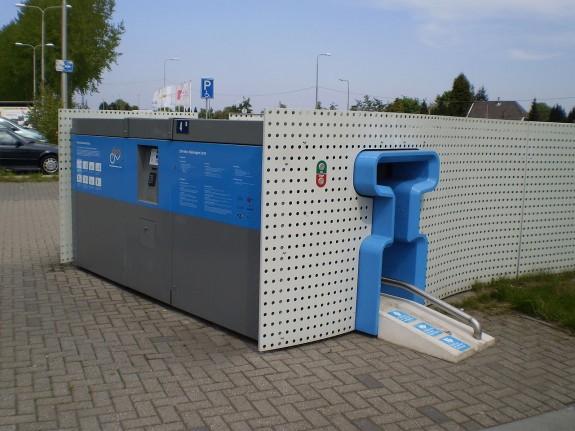1280px-BikeDispenser at Lent station in the Netherlands
