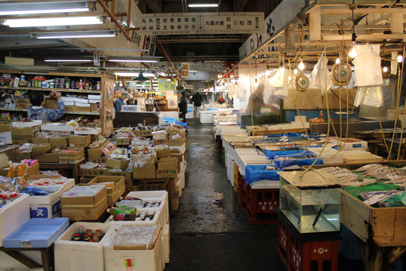 Tsukiji a visual tour of the world 39 s largest wholesale for Wholesale fish market