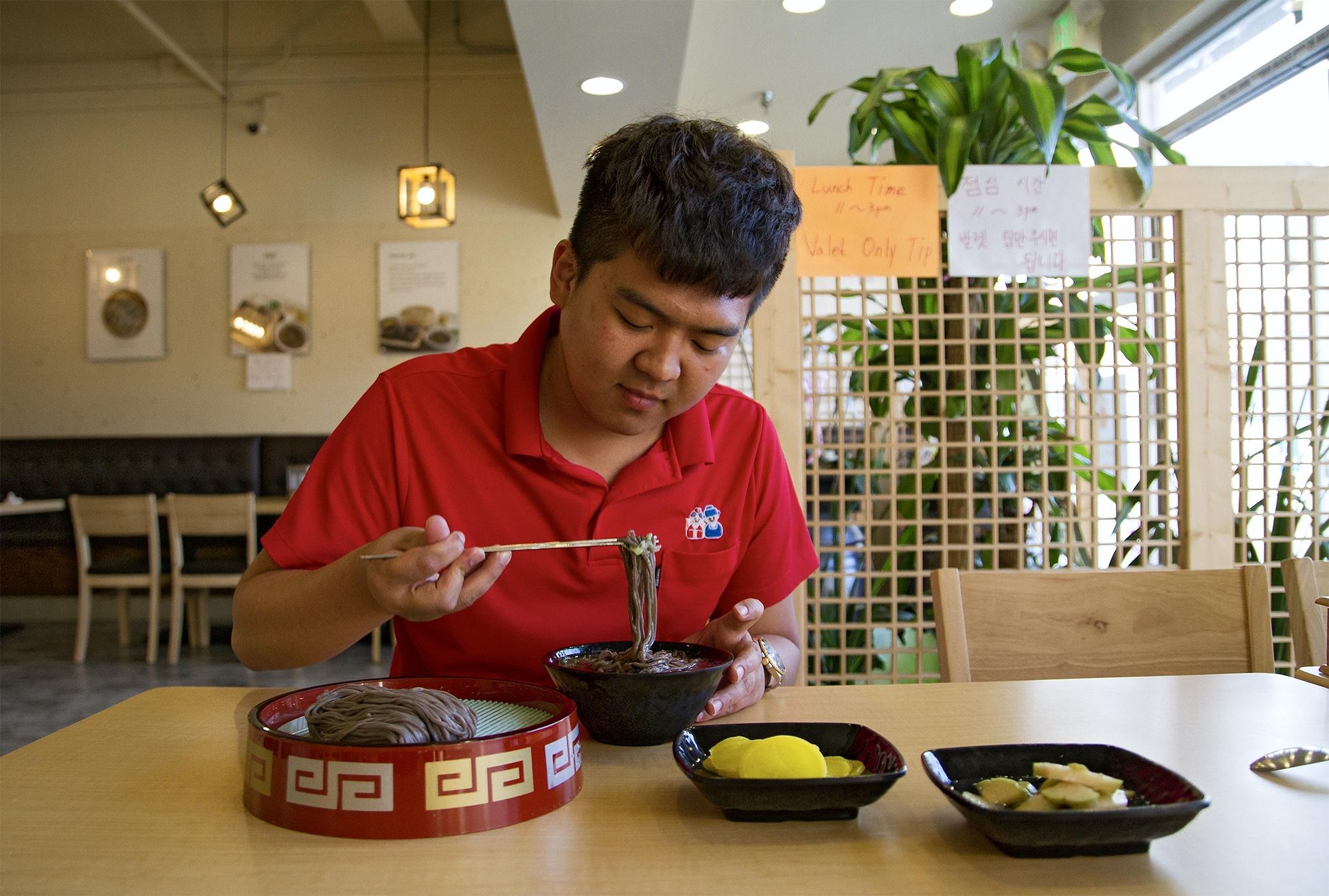 2000 Chungsil Hongsil - Min Goo Kim eats momil