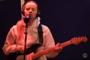"Charlotte Day Wilson Performs ""Nothing New"" on MBE"